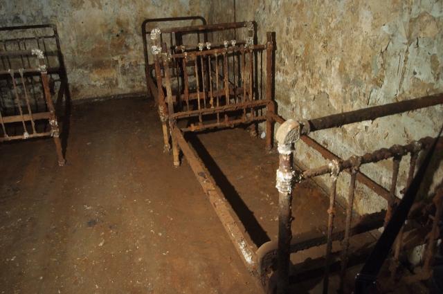 В подземном сооружении были оборудованы комнаты отдыха.