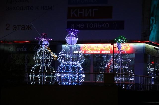 Оркестр снеговиков «играет» у Дома быта в Советском районе.