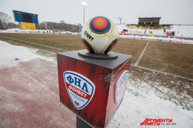 Засыпанные снегом трибуны согревал мяч Футбольной лиги.