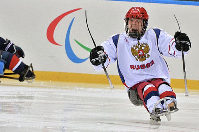Андрей Двинянинов радуется забитому голу в матче отборочного этапа между сборными командами США и России