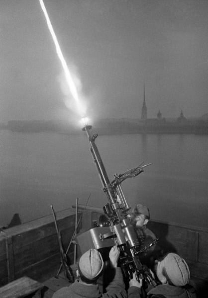 Расчет сержанта Федора Коноплева ведет огонь по вражеским самолетам в Ленинграде.