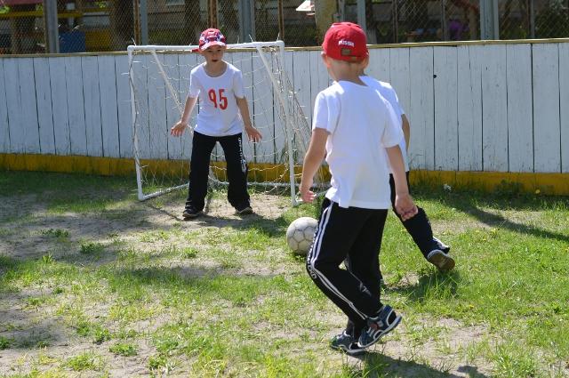 Во время игры. Дошкольники-футболисты.