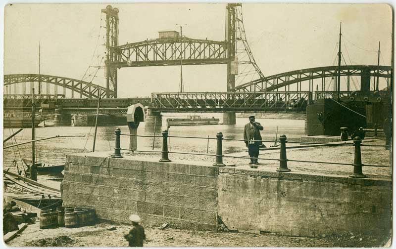 Эйфель согласился разработать лифтовые конструкции подвижной фермы моста.