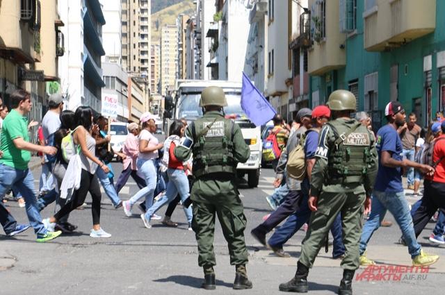 Охрана митинга сторонников Мадуро.