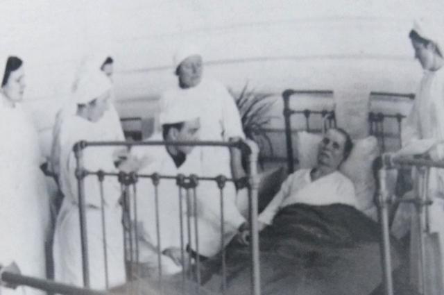 Хирург М.Л. Шулутко в палате, 1951 год