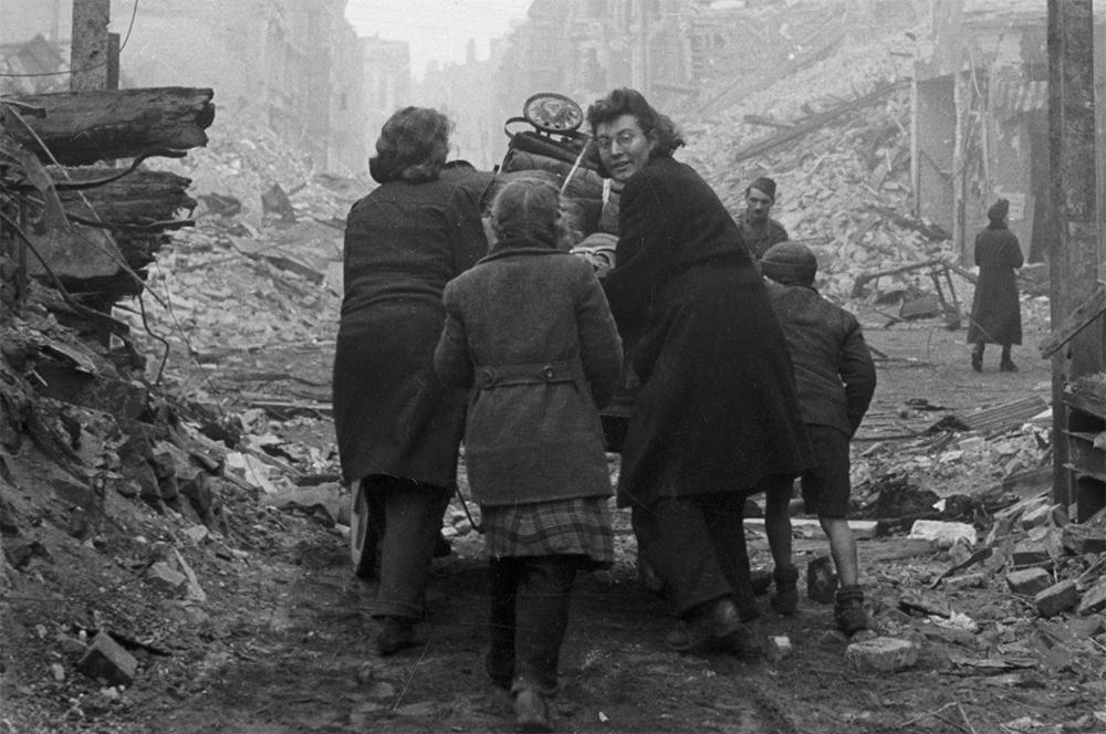 Жительницы Берлина возвращаются домой по заваленной обломками улице. 1945 г.
