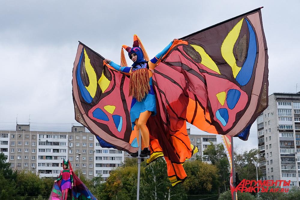 Люди-бабочки украсили площадку яркими костюмами.