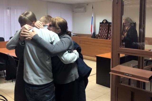 Фёдор Иванов в объятиях родных сразу после оправдания присяжными.