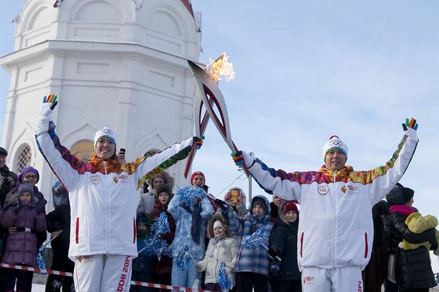 Олимпийский огонь в Красноярске возле часовни