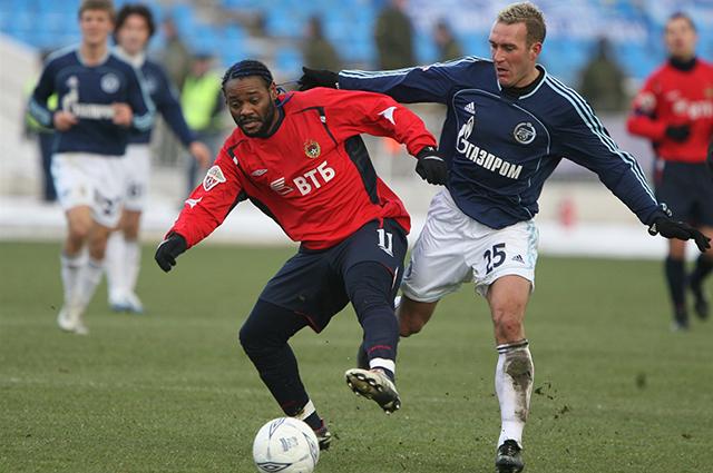 Риксен (слева) борется за мяч с Вагнером Лавом в матче Зенит - ЦСКА