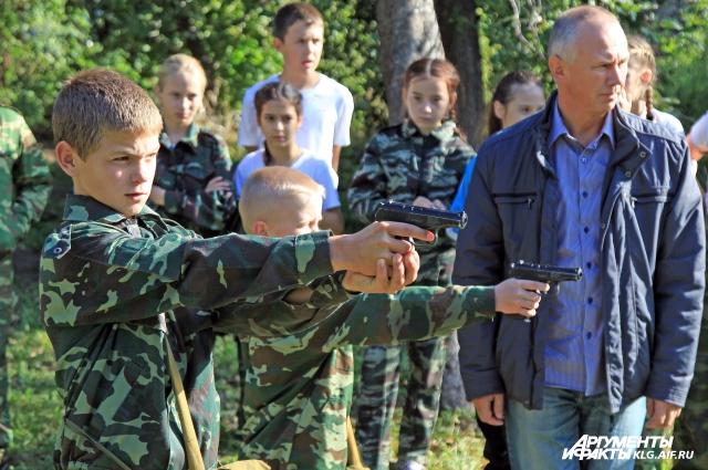 Будущим защитникам Отечества нужно уметь владеть оружием.