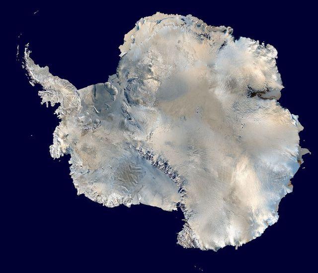 Спутниковая фотография Антарктиды.