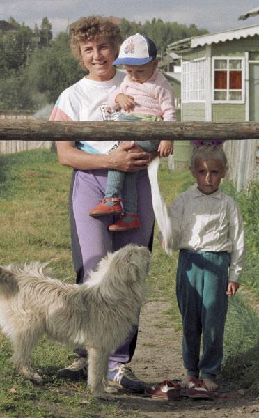 Раиса Сметанина с племянниками Илюшей (на руках) и Раей у родного дома, 1994 год
