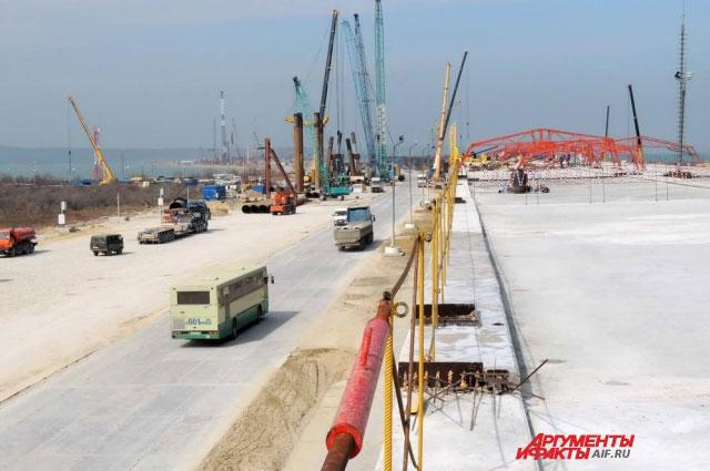 Это первый практически готовый участок моста, на котором осталось лишь уложить асфальт и провести другие финишные работы.