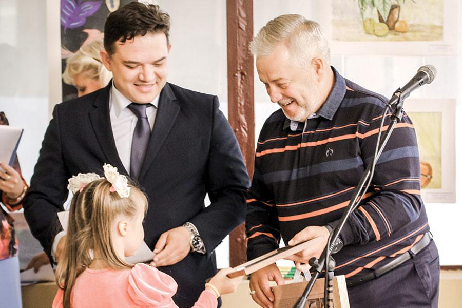 Александр Жуков подарил участникам наборы юных художников.