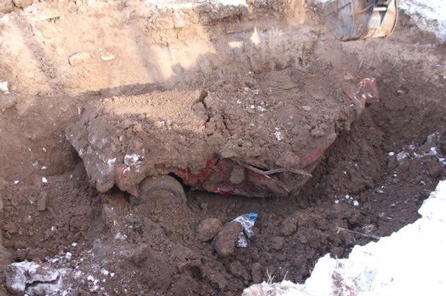 Желая скрыть следы преступления, убийца закопал жертву вместе с автомобилем.