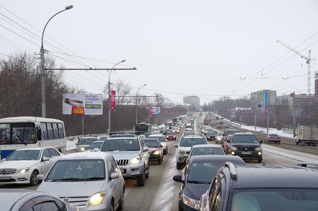 Пробки на дорогах мешают новосибирцам жить счастливо.