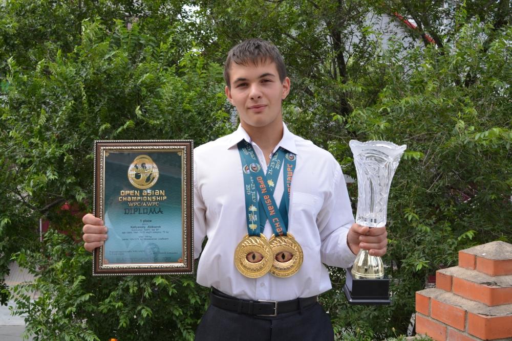 Саша с чемпионскими медалями, похожими на Глаз Саурона.