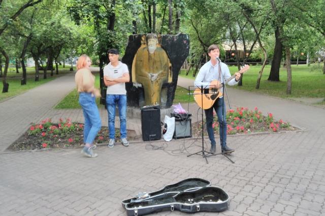 Студентам в Новосибирске сразу начинают объяснять, что они лучшие. Поют неплохо.
