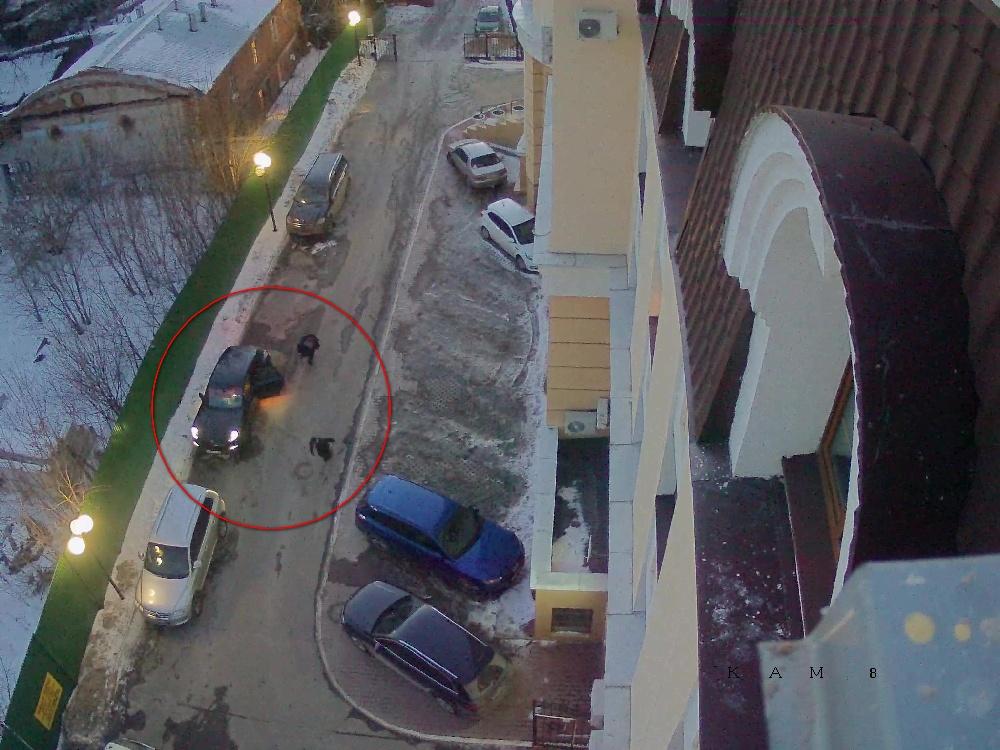 Когда Александр Заварзин упал, убийца выронил нож и убежал во дворы.