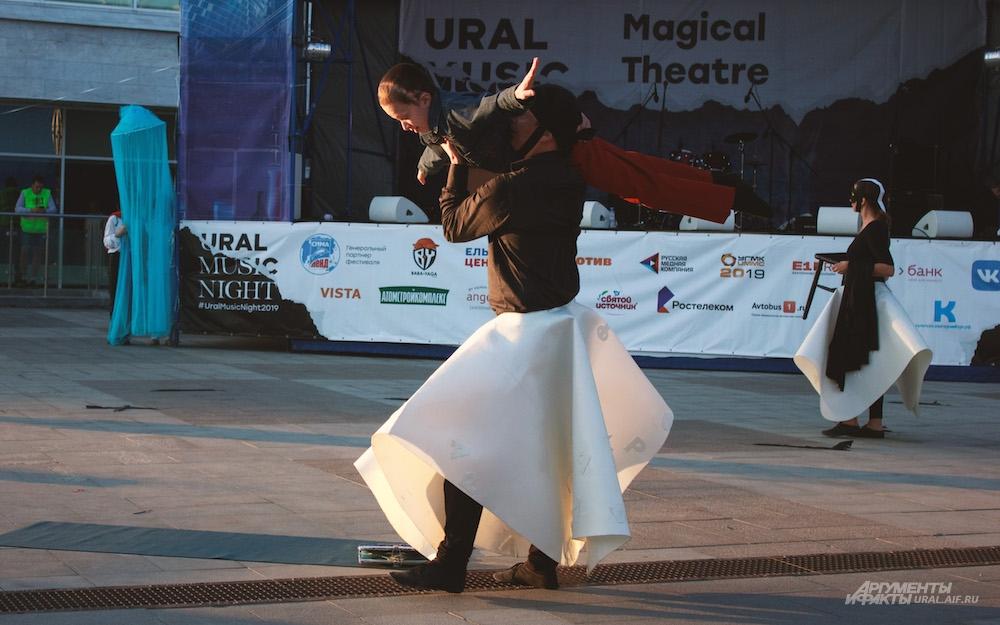 На площадке у ТЮЗа зрителей удивляли необычными танцами.