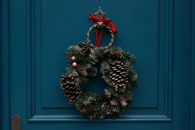 Рождественский венок будет красиво смотреться на входной двери.
