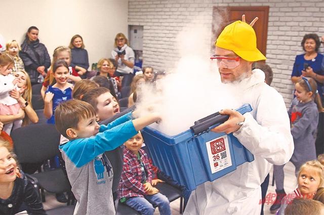 Химическое шоу с увлекательными опытами не оставило равнодушными даже взрослых.