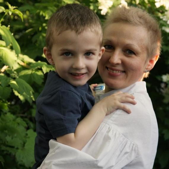 Ирина Хутыз с сыном, который помогает ей радоваться жизни, несмотря на диагноз.