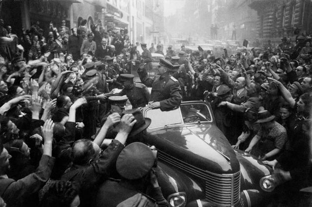 Вот так встречали маршала Конева жители Праги. Один из самых красивых городов мира был освобождён от фашистского ига и при этом сохранил свои достопримечательности.