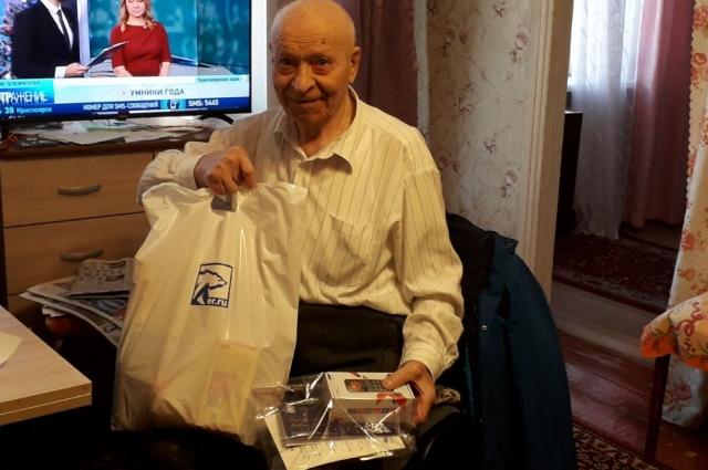 Ветераны получили подарки к Новому году и телефоны.