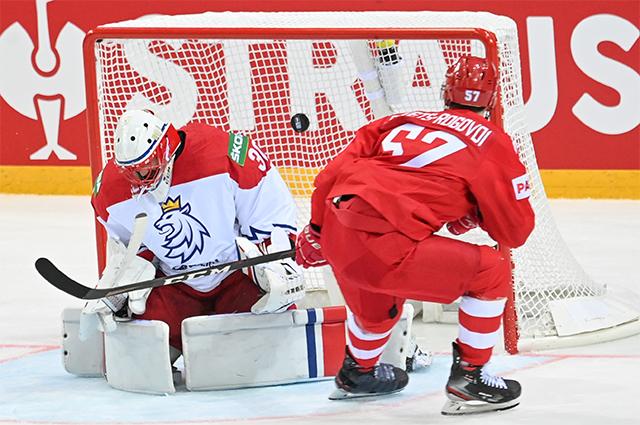 Слева направо: вратарь Шимон Грубец (Чехия) и Артём Швец-Роговой (Россия) в матче группового этапа чемпионата мира по хоккею 2021 между сборными командами России и Чехии.