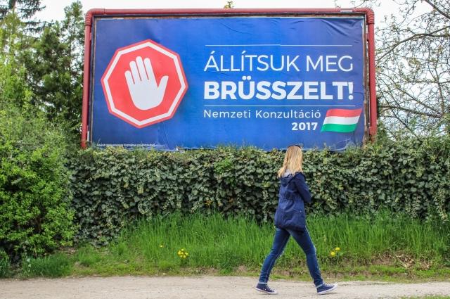 Баннер со слоганом «Остановим Брюссель» в Мишкольце, Венгрия. Премьер-министр Венгрии Виктор Орбан начал апрельские так называемые «национальные консультации». 8 миллионов имеющих право голоса избирателей получат форму с шестью вопросами, все из которых связаны с предполагаемой попыткой Брюсселя предпринять шаги, наносящие вред Венгрии и ее народу.