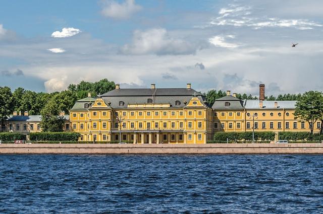 Под корпуса были отданы владения «птенца гнезда Петрова» Александра Меншикова, который в 1727 году был обвинен в госизмене.