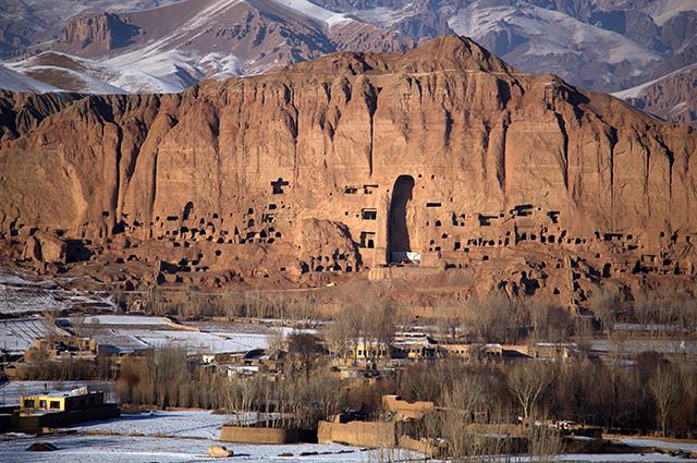 Уничтоженная статуя Будды в Афганистане
