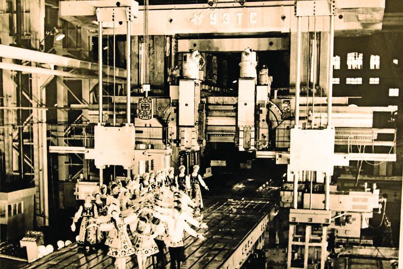 То самое фото: танцы на гигантском заводском станке