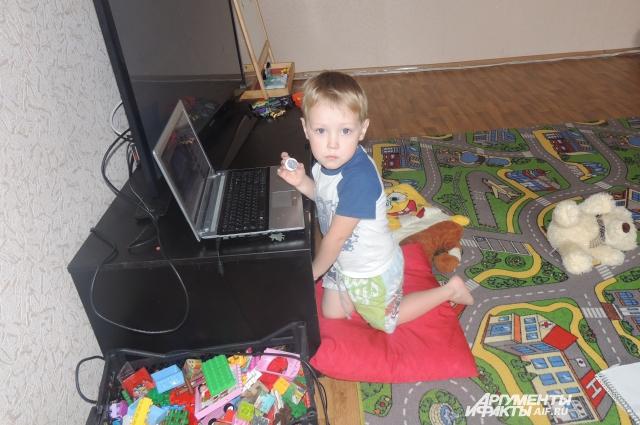 Старший сын Расторгуевых Остап тоже еще дошкольник, средней дочери нет и трех лет, грудному ребенку третий месяц