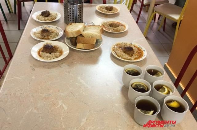 Сегодня на обед тефтели из говядины с соусом, пшеничная каша, хлеб и сладкий чай с лимоном.