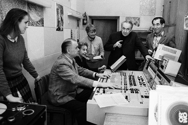 Руководители и ведущие радиопередачи «Радионяня» готовят очередной выпуск в студии, 1986 г.