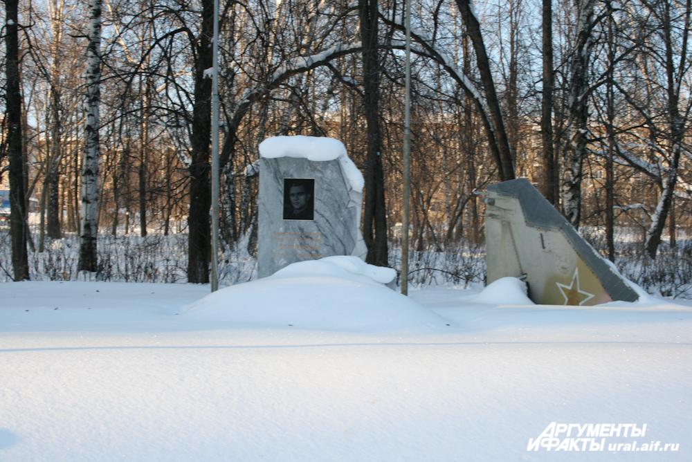 Памятник герою-лётчику Сафронову. Справа от монумента – хвост от его подбитой машины.