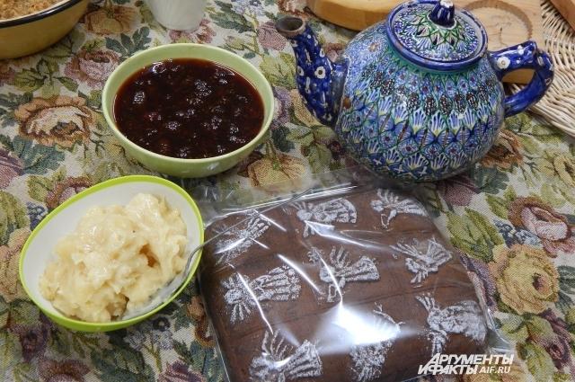 Чай, пряники, варенье из шишек, мед - все только натуральное!