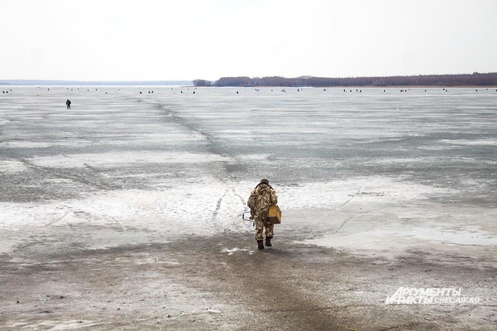 Рыбаки не боятся выходить на лёд водохранилища: по словам челябинцев, он сейчас толстый и прочный.