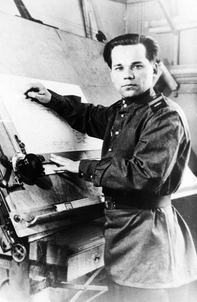 Старший сержант Михаил Калашников во время работы над проектом автомата АК-47, 1947 г.