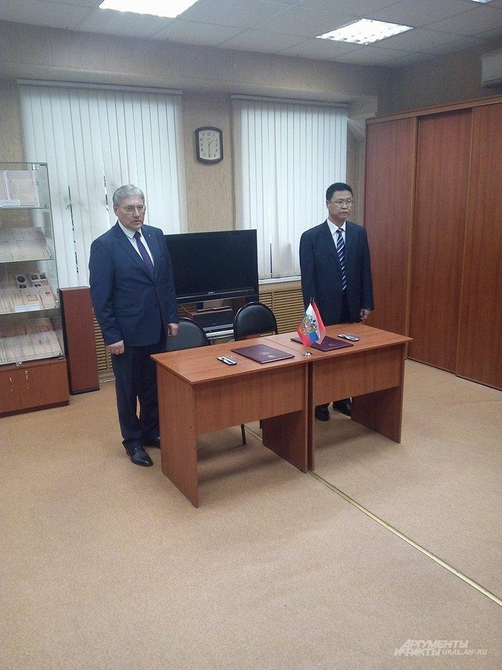 Александр Капустин и Фу Цзе перед подписанием плана мероприятий по сотрудничеству и обмену опытом в области архивного дела.
