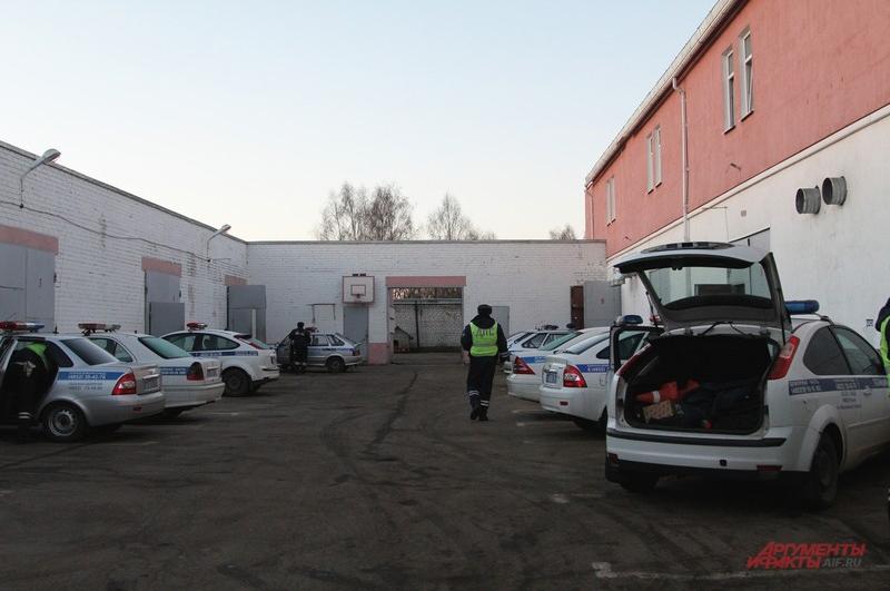 Утренний гараж: около 15 патрульных экипажей собираются в наряды по городу и Ярославскому району