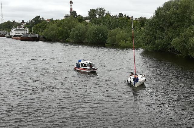 Сотрудники МЧС проводят учения на воде по спасению утопающих.