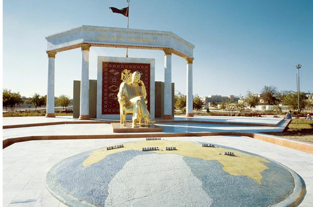 Памятник Сапармурату Ниязову в Ашхабате.