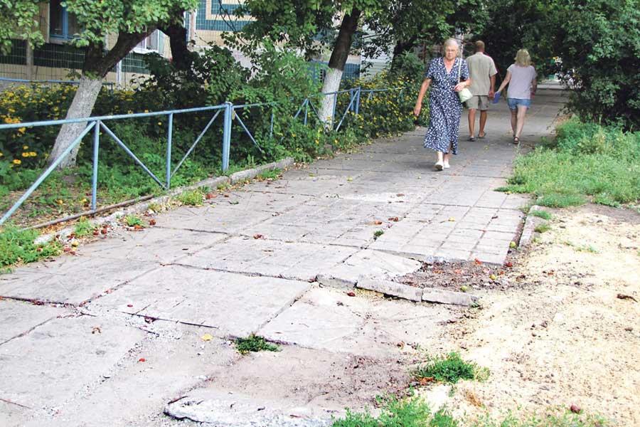 Жители улицы Первомайской много лет добиваются от городской администрации, чтобы починили спуск от ул. Октябрьской вдоль по ул. Первомайской к Белгородскому проспекту.