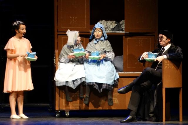 В мюзикле не одна мышь, а две, и они сёстры.