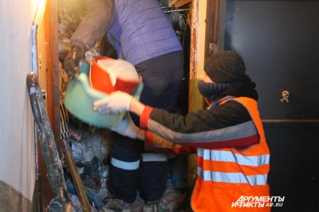 Волонтёры помогают освободить квартиру от мусора.