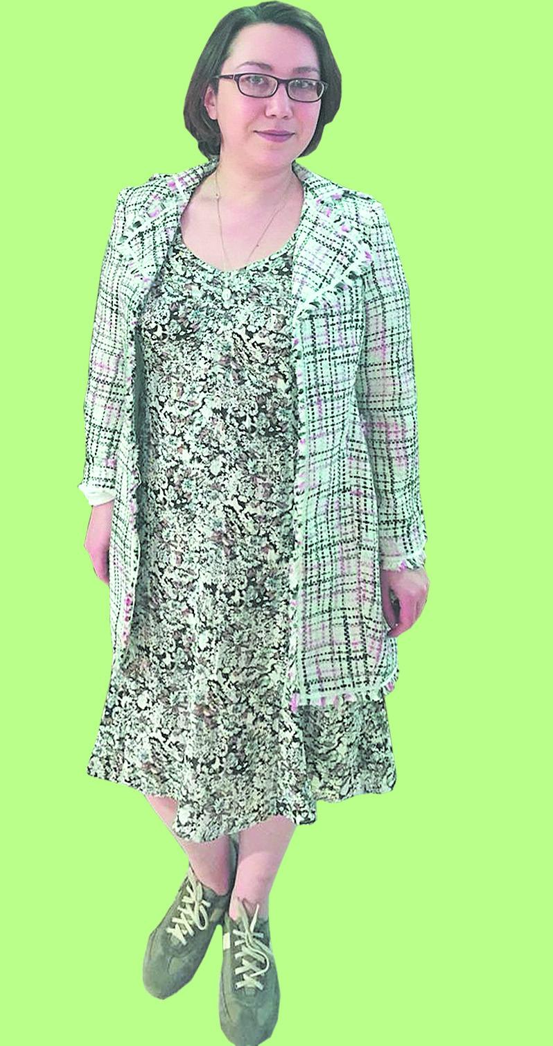 Струящееся, летящее платье всочетании с плотным жакетом – тренд этого сезона.